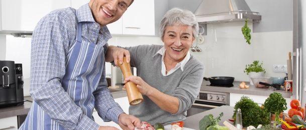 Starija žena i mlađi muškarac - AstrologijaTarot.com